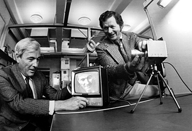 Bell Labs researchers Willard Boyle (left) and George Smith in 1974, demonstrating their CCD. Photo: © Alcatel-Lucent/Bell Labs